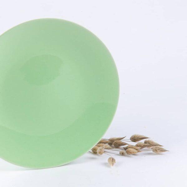 Assiette ronde en porcelaine verte française.